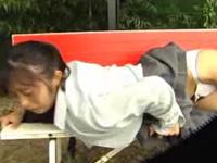 ベンチに乳首を擦り付けてチクオナする女子校生