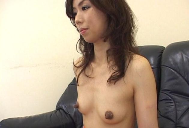 黒く、長い乳首の米倉茜さん