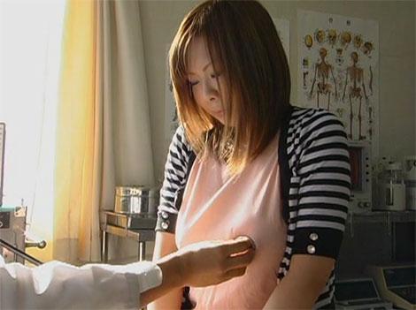 聴診器で服の上から乳首を刺激される