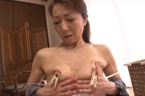 乳首に洗濯バサミを付けてオナニーする木原としみさん