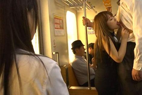 電車内で親父の乳首を舐めるみなみ瀬奈