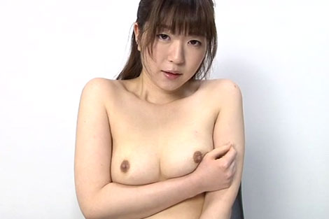 乳首を見られて恥じらう女の子の表情