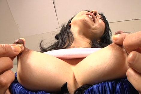 三上由梨絵さんの乳首伸ばしオナニー