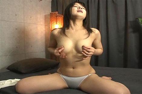 伊東麻央ちゃんの乳首オナニー