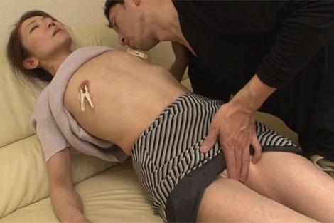 息子に乳首に洗濯バサミを付けられるトシミ