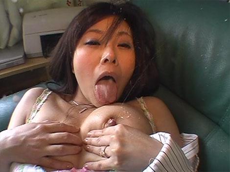 母乳を噴き出す吉野純奈さん