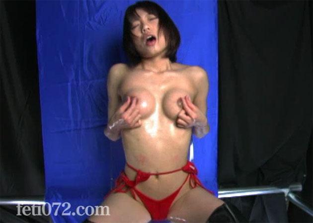 真っ赤なビキニを着たまま乳首オナニー