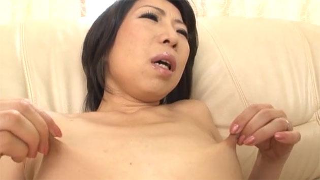 自分の乳首を引っ張る佐山江里子さん