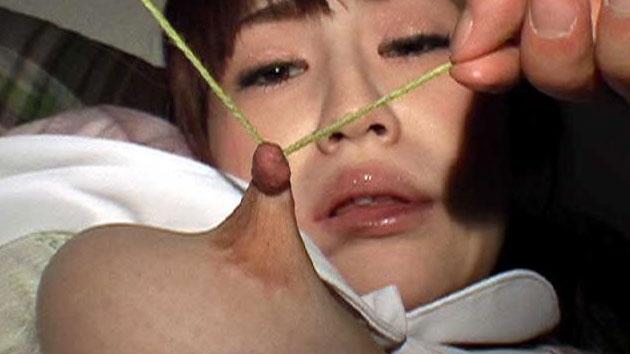 紐で乳首を縛られて引っ張られる小松悠里