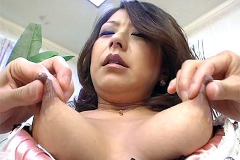 両方の乳首を吸われる宮村涼子さん