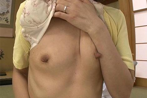 宮島優さんの伸びた長乳首
