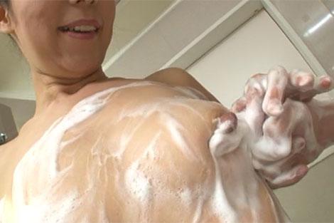 石鹸まみれのデカ乳首