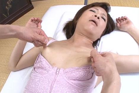 さらに乳首を引っ張られる笹岡志保さん