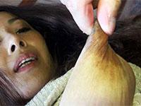 乳首を引き伸ばされる美熟女