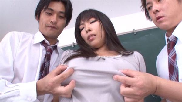 服の上から乳首を弄られる先生