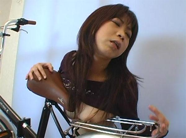 サドルに乳首を擦り付ける女性