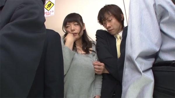 若妻の乳首を指で触り始めるサラリーマン