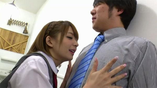 先生の乳首を弄って誘惑する麻里梨夏