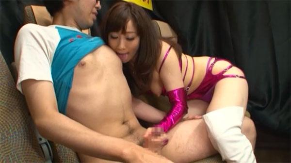 川上ゆうさんの乳首舐め手コキ