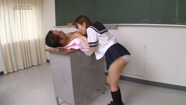 教壇の上に寝そべって乳首舐めを堪能