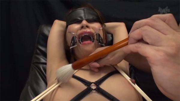 乳首を割り箸で挟まれ筆で責められる