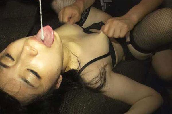乳首を摘まれながら唾液ゴックン