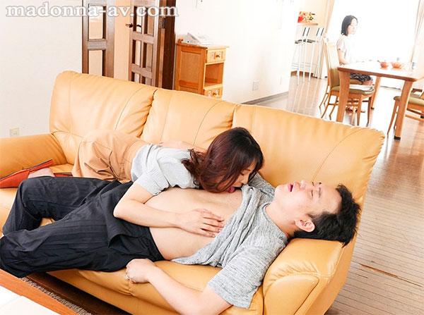 妻の近くでこっそり乳首責め