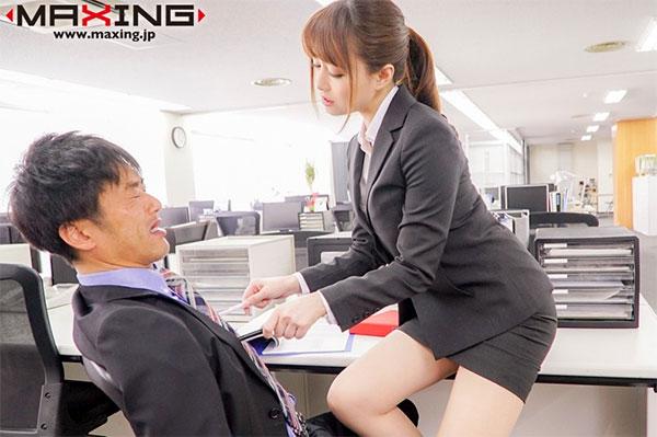 男性社員の乳首を責めるOL