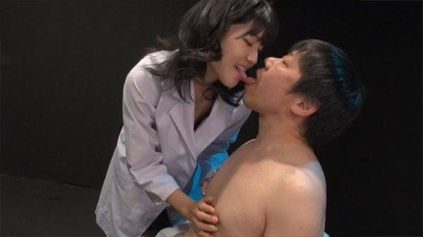 患者の乳首を弄る女医