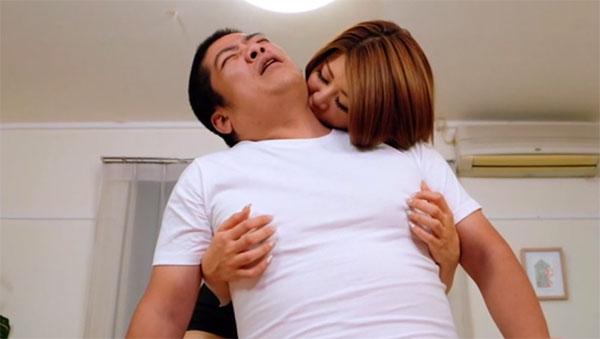 首と乳首を責められるゴリラ男