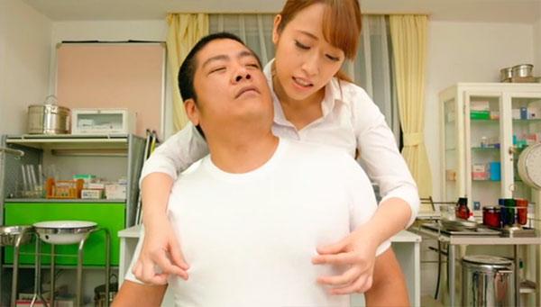 柔道部のゴリラのような男を乳首診察
