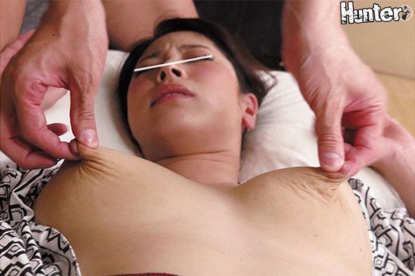 出張で相部屋になった女上司の乳首をつねり上げる!