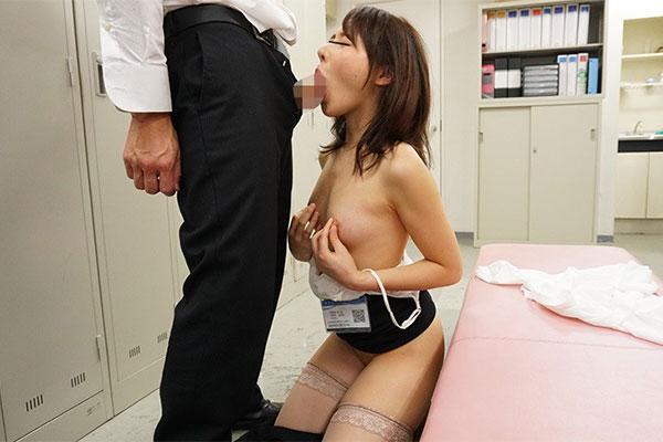 乳首を摘みながらフェラチオ