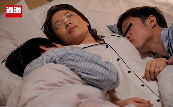 寝ている叔母の乳首を服越しに両側から舐めるエロガキ