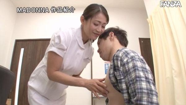 僕の乳首をこっそり弄るナース友田真希