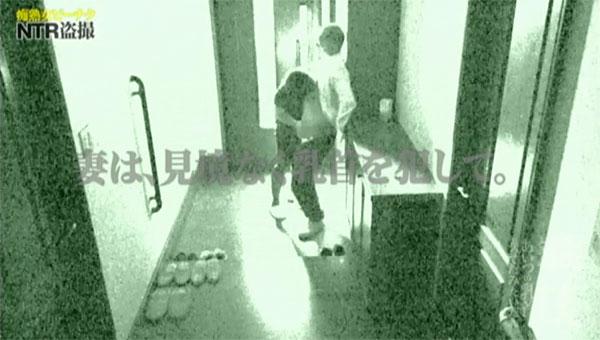 玄関先で部下の乳首を舐める妻