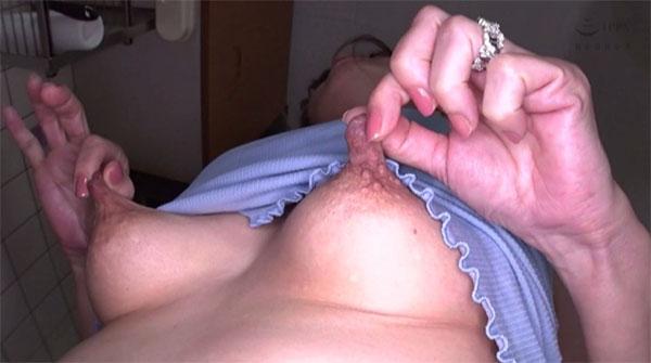 真紀さんの使い古された乳首