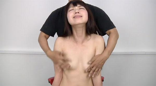 オッパイを激しく擦られる女性